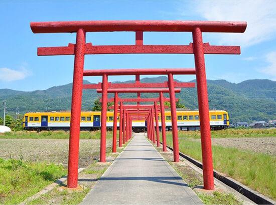 電車が参道を横切る!粟津稲生神社