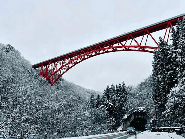 雪景色に映える赤く美しいトラスアーチ!三井野原大橋