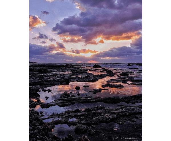 美しい夕暮れの空と広がる岩場