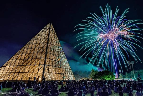 世界一大きな砂時計と花火-仁摩サンドミュージアム